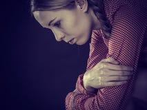 Trauriges deprimiertes Mädchensitzen gepresst Stockfotografie