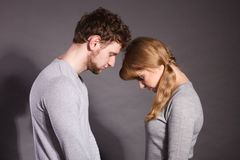 Trauriges deprimiertes Paarporträt Stockfotos