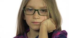 Trauriges gebohrtes Brillen-Kind, das in camera, nettes blondes Mädchen-Porträt, Gesicht 4K schaut stock video