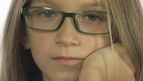 Trauriges gebohrtes schauendes Brillen-Kind, blondes Mädchen-Porträt, Kindergesicht, weißer Schirm lizenzfreies stockbild