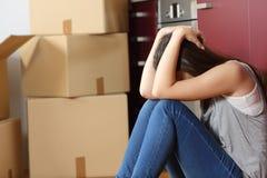 Trauriges gewaltsam vertriebenes Frau gesorgtes bewegliches Haus lizenzfreie stockbilder