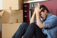 Trauriges gewaltsam vertriebenes Mann gesorgtes bewegliches Haus lizenzfreie stockbilder