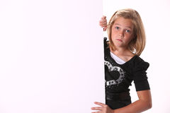 Trauriges jugendliches Mädchen, das ein Zeichen anhält stockfotografie