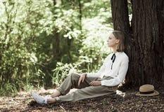 Trauriges Jugendlichmädchen, das aus den Grund sitzt stockfoto