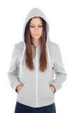 Trauriges Jugendlichmädchen mit dem grauen Sweatshirt mit Kapuze Stockfotos
