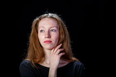 Trauriges junges Mädchen mit dem blonden Haar schreiend und ihre rechte Hand zu ihrem Hals anhebend Stockfoto
