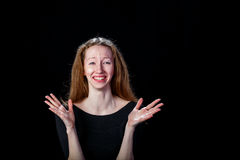 Trauriges junges Mädchen mit dem blonden Haar schreiend und verbreitet ihren Händen in den Seiten Stockfoto
