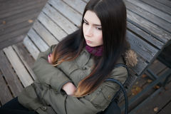 Trauriges junges Mädchen mit den gekreuzten Armen Stockfotos