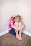 Trauriges Kind, das in der Ecke sitzt Lizenzfreie Stockfotografie
