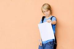 Trauriges Kind, das falsche Prüfungresultate zeigt Stockfotos