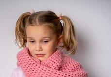 Trauriges Kind, das unten in der warmen Kleidung schaut stockfoto