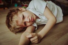 Trauriges Kind, Druck und Krise stockfotos