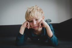 Trauriges Kind, Druck und Krise, Abführung, Autismus lizenzfreie stockbilder