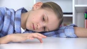 Trauriges Kind, gebohrtes M?dchen, das Finger auf Schreibtisch, betontes ungl?ckliches nicht studierendes Kind spielt stock video footage