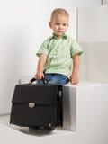Trauriges Kind mit Aktenkoffer auf Treppe stockfotografie