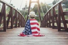 Trauriges Kind mit der Flagge der Vereinigten Staaten lizenzfreies stockfoto