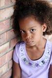 Trauriges kleines African-americanmädchen stockbild