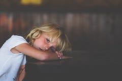 Trauriges kleines Mädchen Stockfoto
