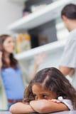 Trauriges kleines Mädchen, das auf seine Elternargumentierung hört Lizenzfreie Stockbilder