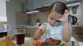 Trauriges kleines Mädchen, das Familie zu Abend isst stock footage