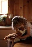 Trauriges kleines Mädchen, das Teddybären umarmt Lizenzfreies Stockfoto