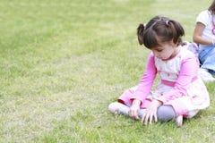Trauriges kleines Mädchen, das unten schaut lizenzfreies stockbild