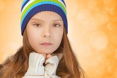 Trauriges kleines Mädchen in der Strickmütze lizenzfreie stockfotografie