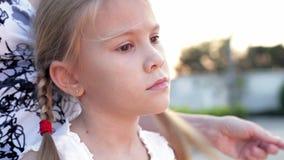 Trauriges kleines Mädchen des Porträts, das nahe dem Haus steht stock video footage