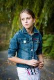 Trauriges kleines Mädchen mit großen Augen. Stockfotografie