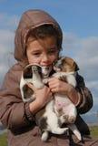 Trauriges kleines Mädchen und Welpen Lizenzfreies Stockbild