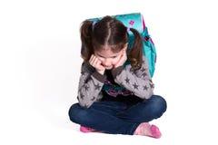 Trauriges kleines Schulmädchen stockfotografie