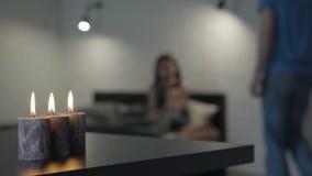 Trauriges Mädchen auf dem Bett durch Kerzenlicht stock video
