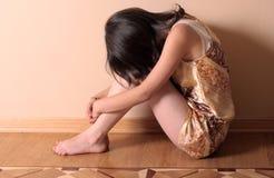 Trauriges Mädchen auf Fußboden Stockfotografie
