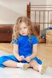 Trauriges Mädchen, das auf dem Boden sitzt lizenzfreies stockfoto