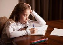 Trauriges Mädchen, das Hausarbeit tut Stockbild