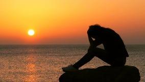 Trauriges Mädchen, das intelligentes Telefon bei Sonnenuntergang überprüfend sich beschwert stock footage
