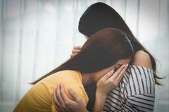 Trauriges Mädchen der asiatischen Schönheit wurde von einer Freundin getröstet Leute und lizenzfreie stockfotos