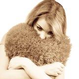 Trauriges Mädchen der Frau, das Herzliebessymbol umarmt Lizenzfreies Stockbild
