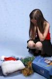 Trauriges Mädchen in einer Schutzkappe mit dem Weihnachten Stockfotografie
