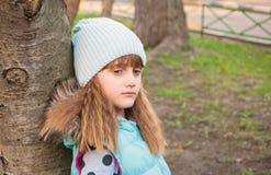 Trauriges Mädchen im Park Stockfoto