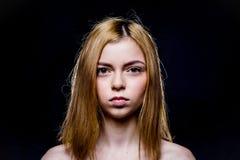 Trauriges Mädchen mit braunen Augen Die Blondine mit dem kurzen Haar Sie untersucht gerade die Kamera Leichtes Make-up Das Mädche Lizenzfreies Stockfoto
