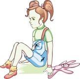 Trauriges Mädchen mit einem Kaninchenspielzeug Lizenzfreie Stockfotografie
