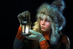 Trauriges Mädchen mit einer Lampe Lizenzfreies Stockfoto