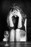 Trauriges Mädchen mit Kopf in den Händen Stockfoto