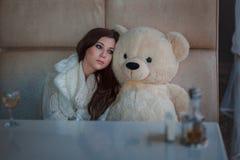 Trauriges Mädchen mit Spielzeugbären stockbilder