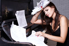Trauriges Mädchen nahe Klavier Lizenzfreie Stockfotografie