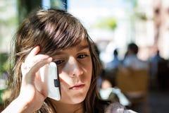 Trauriges Mädchen am Telefon Stockfotografie