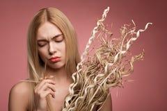 Trauriges Mädchen unzufrieden gemacht mit ihrem Haar Stockbild