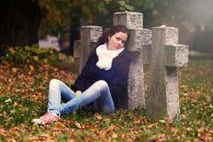 Trauriges Mädchen, das Kamera betrachtet Stockbilder