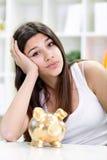 Trauriges Mädchen mit leerer piggy Querneigung Lizenzfreie Stockbilder